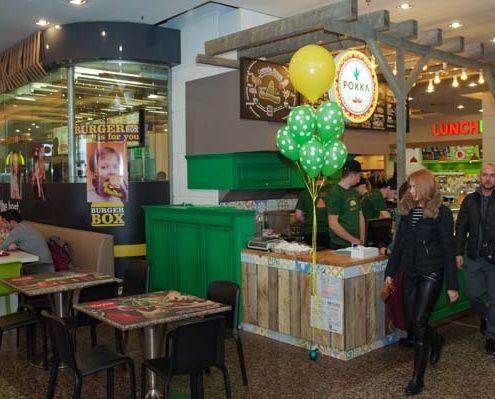 Imagine de la inaugurarea standului Pokka de la Foodcourt Iulius Mall.