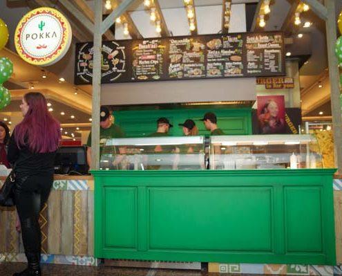 Imagine cu lumea de la standul Pokka de la Iulius Mall.