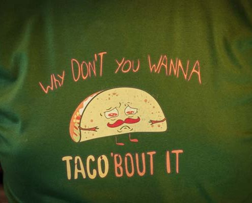 Imagine cu tricoul Taco'Bout It de la Pokka.
